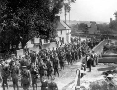 Sherwood Foresters cross the Leen Sept 1914 NTGM010535